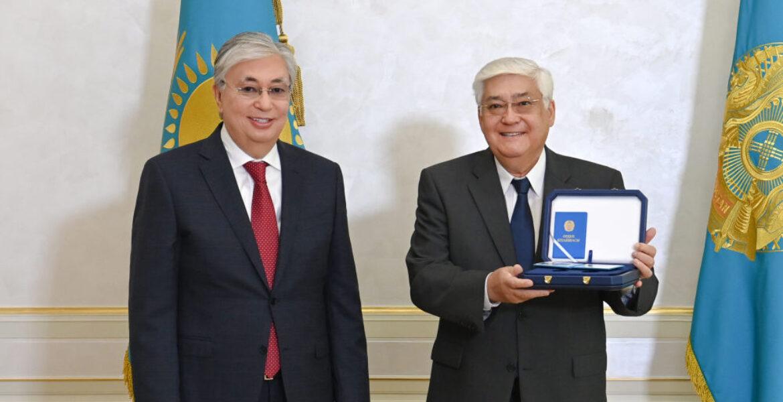 Токаев встретился с Алибеком Днишевым в Алматы и поздравил с юбилеем