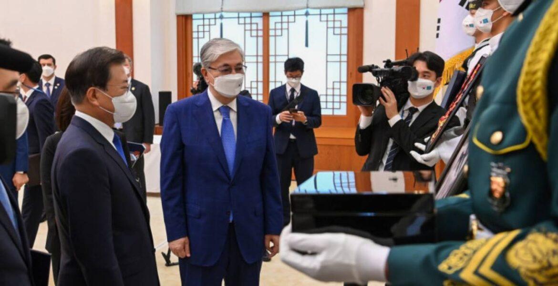 Токаев передал Чжэ Ину шкатулку с землей с места захоронения героя корейского народа