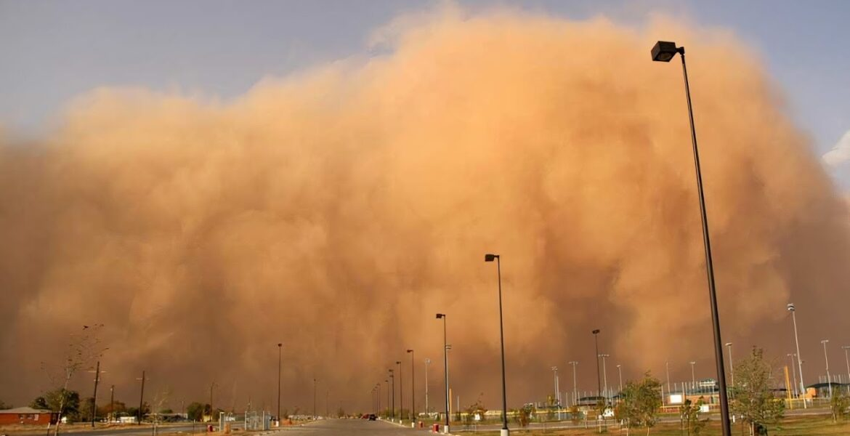 В Алматы поднялась пыльная буря, водители жалуются на нулевую видимость на дорогах