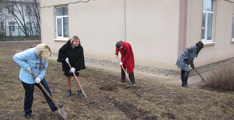 Учителей заставляли убираться на поле для гольфа в курортной зоне Туркестанской области