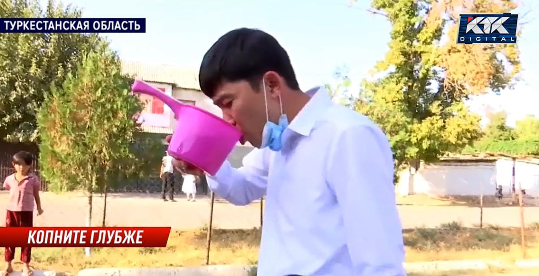 Жители села в Туркестанской области заставили акима выпить воду из арыка