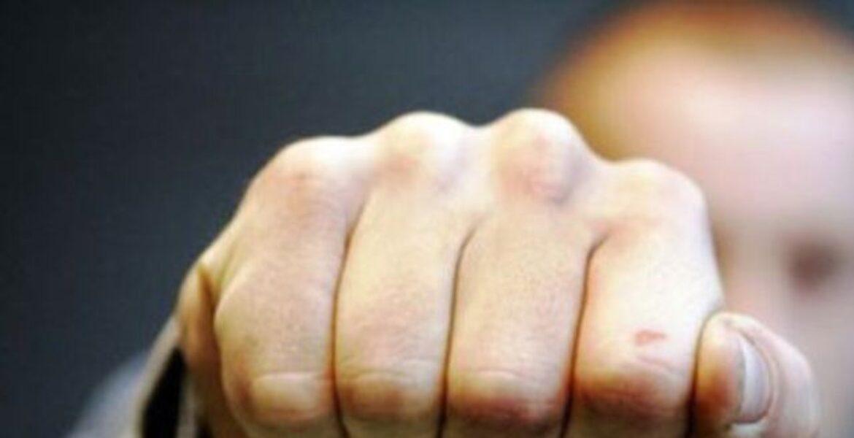 Судебного исполнителя избили при сносе пристройки в Алматы