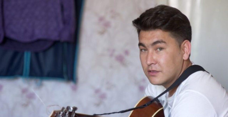 Азамат Мусагалиев растрогал соцсети песней на казахском языке — видео