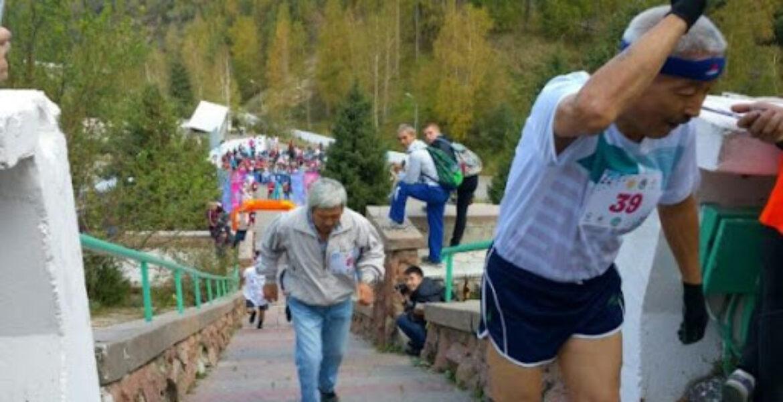 Два алматинца 24 часа бегали по лестнице здоровья на Медеу